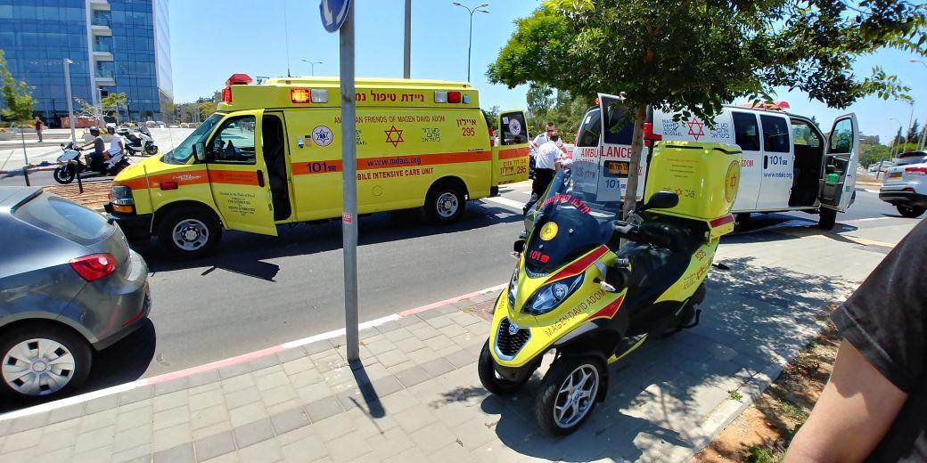 """צילום ארכיון, התאונה ברחוב הרוקמים חולון. צילום: אלירן אביטל וחגי נתני תיעוד מבצעי מד""""א"""