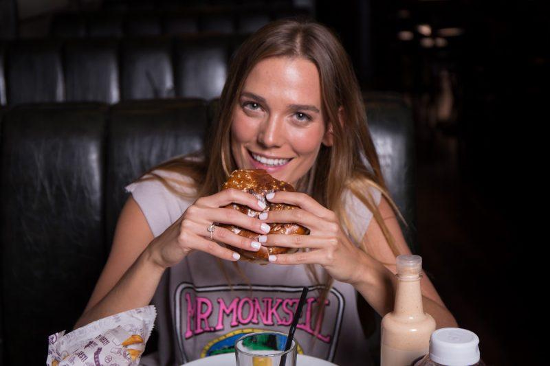 דנה פרידר רגע לפני חתונתה בולסת המבורגר בצילומי קמפיין להמבורגר הטוב בעולם צילום גבע טלמור