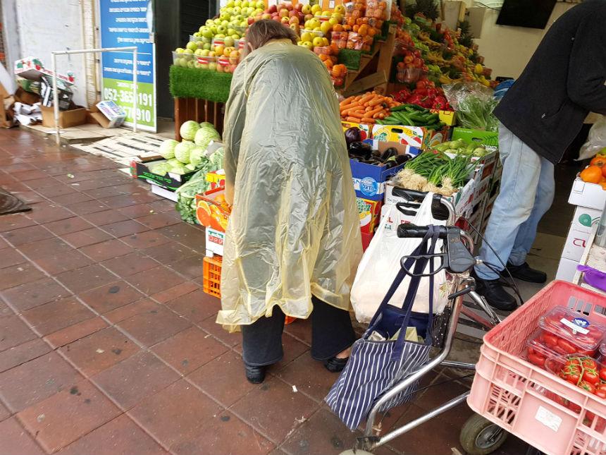 זקנה קשישה גשם חנות ירקות קניות