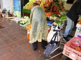 זקנה קשישה קניות ירקות ירקן גשם
