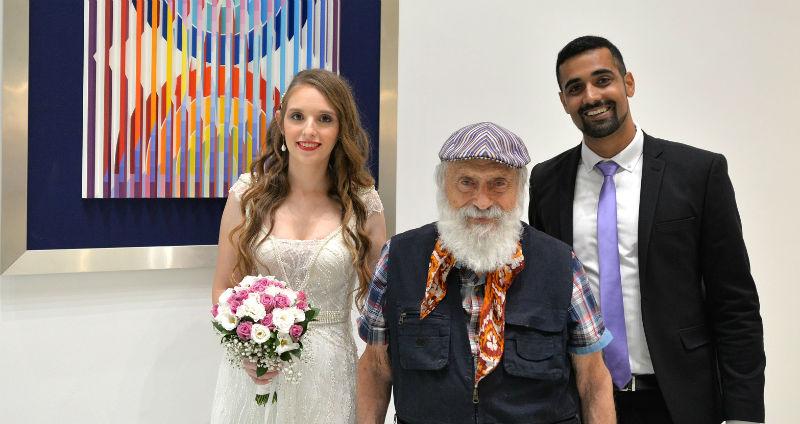 אמן יעקב אגם עורך סיור לזוג ביום חתונתו