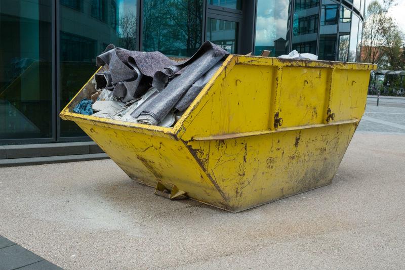 מכולה עם פסולת בניין