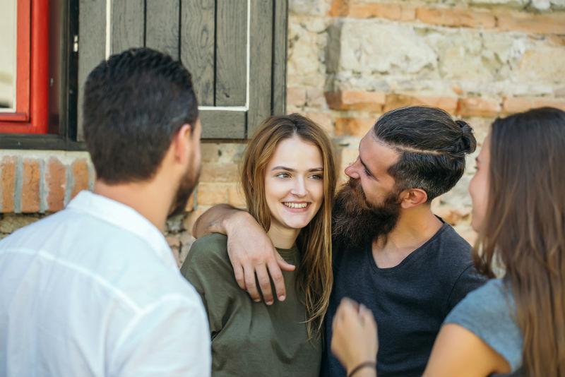 אילוסטרציה: חיבוק בין גבר לאישה
