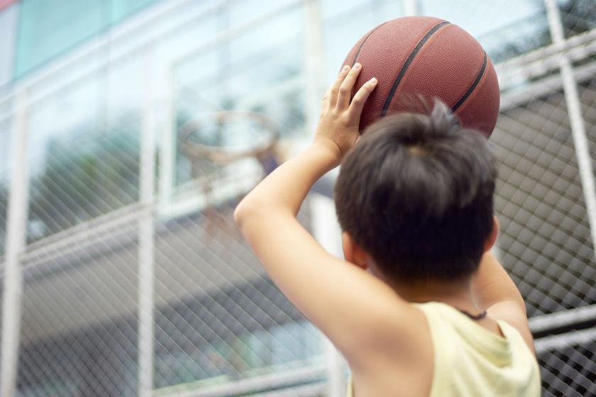 ילד משחק כדורסל