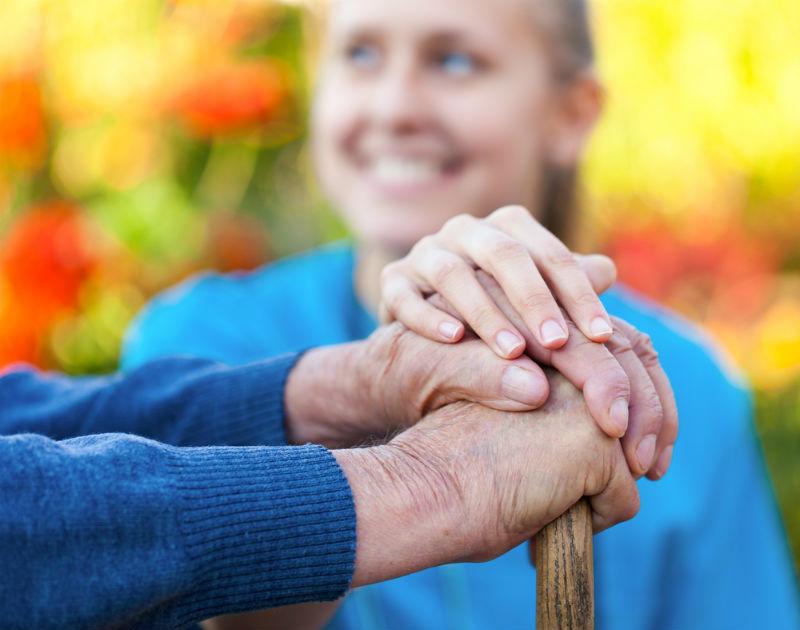 טיפול בקשישים. צילום באדיבות עיריית ראשון לציון