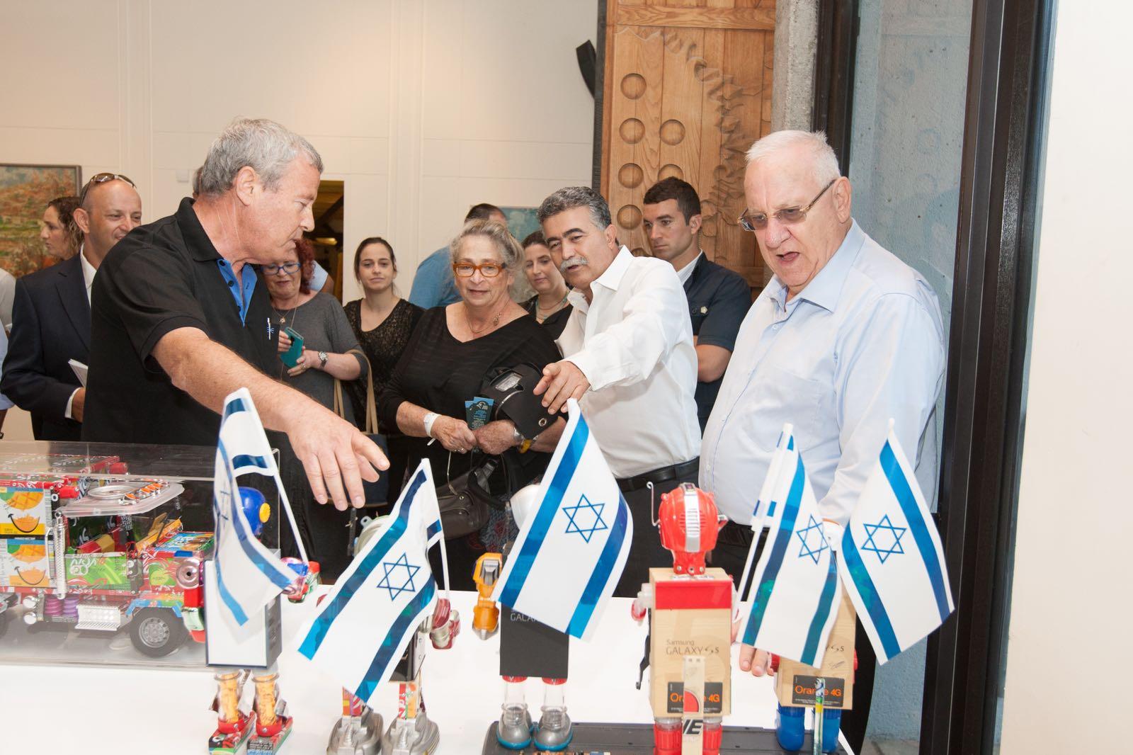 יוסי וייס מציג את יצירותיו בבית הנשיא