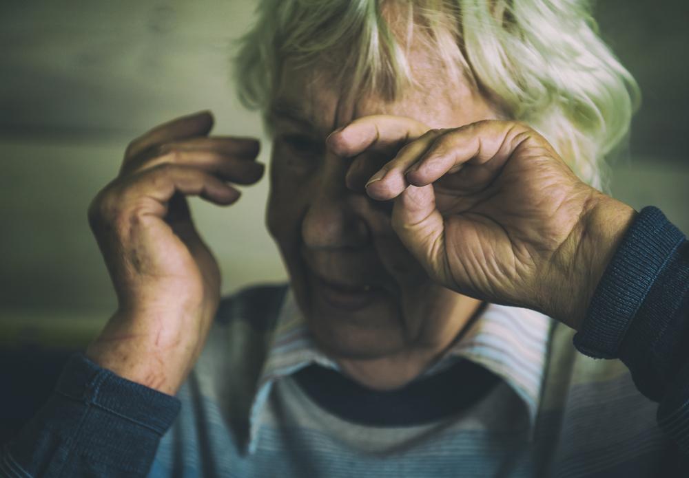 אישה זקנה בצרה