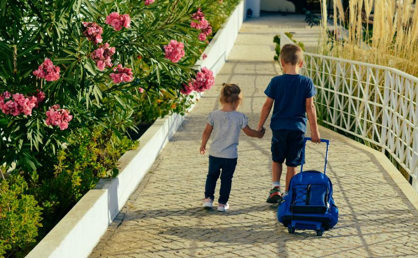 זוג ילדים יוצא מבית הספר (אילוסטרציה שאטרסטוק)
