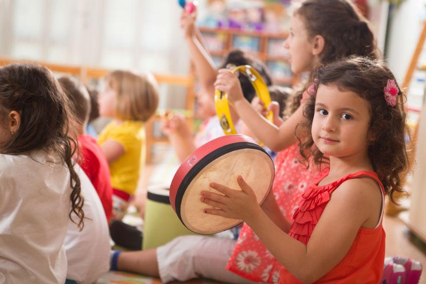 ילדים ילדה מנגנים בכלי נגינה שיעור נגינה