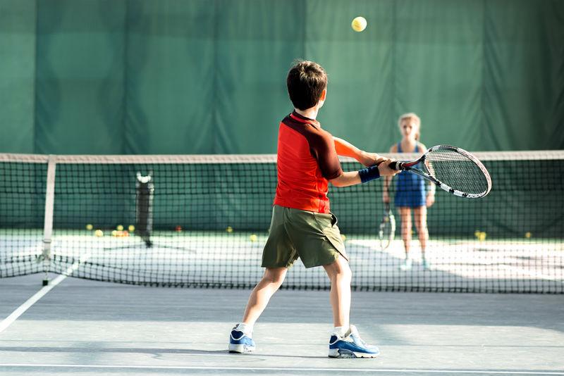 ילדים משחקים טניס