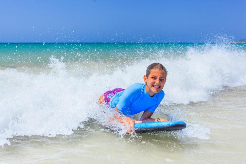נערה גולשת על גלשן גלישת גלים