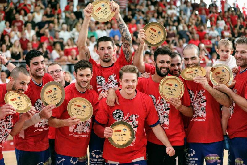 שחקני הפועל ראשון לציון כדוריד מניפים את צלחות האליפות (גבי אלאלוף איגוד הכדוריד)