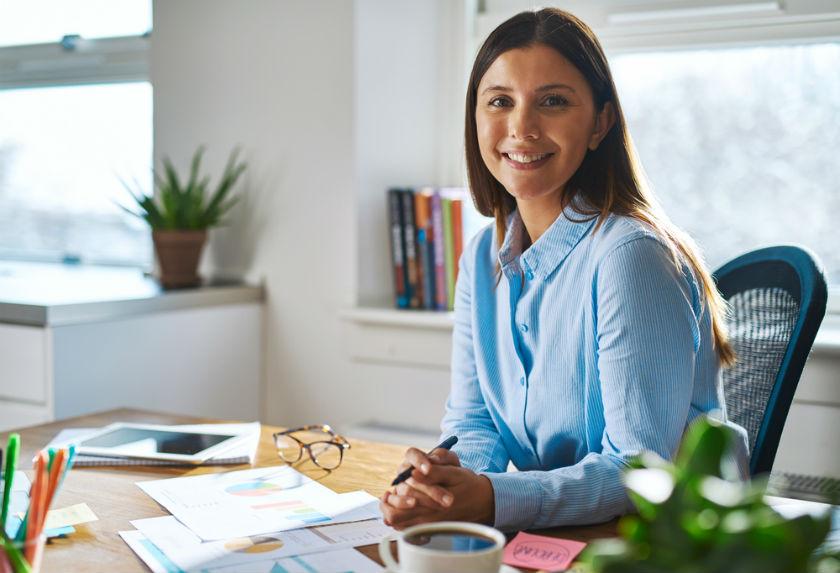 אישה נאה במשרד