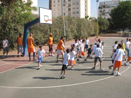 מגרש הכדורסל בבית ספר רננים (צילום: מנהלת ליגת העל)