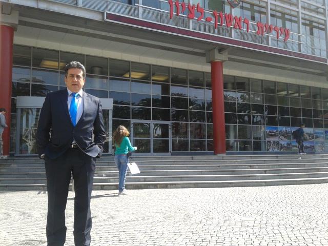 מנשה נוי מול בניין העירייה בצילומים מתוך פולישוק