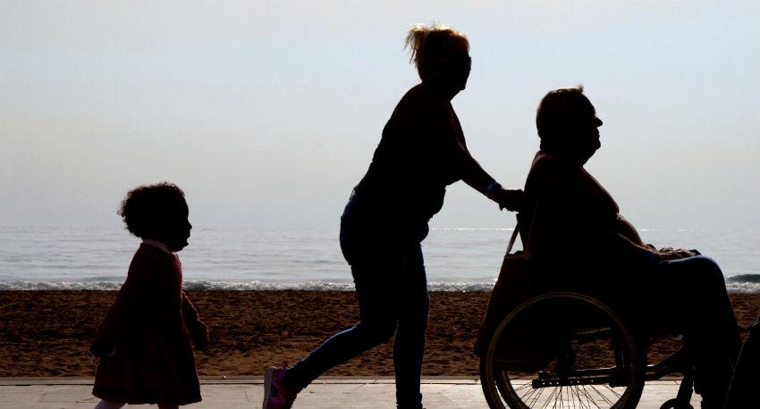 נכה על כיסא גלגלים ים