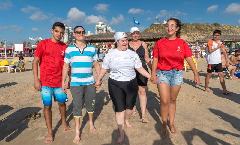 בני הנוער שהוסמכו לעוזרי מציל בחוף הים