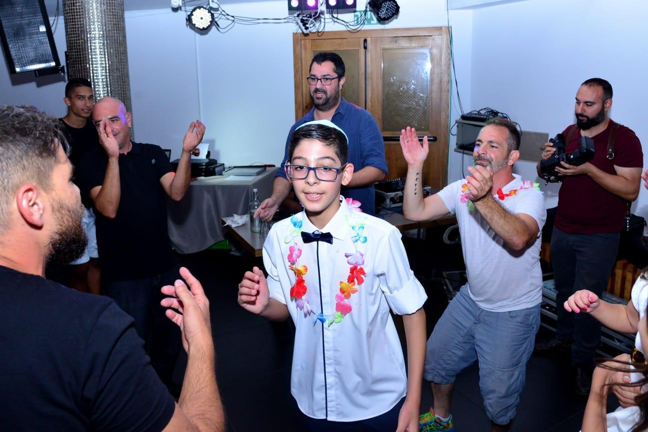 חברי קבוצת אבא פגום ראשון עושים שמח בבר המצווה