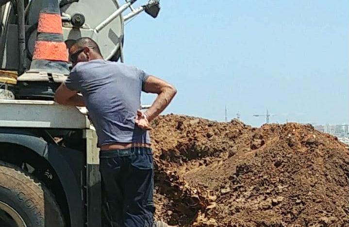 נהג המשאית כפי שתועד במצלמות הפיקוח העירוני מרוקן אשפה נוזלית