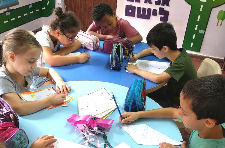 תלמידי בית התספר תרבות כותבים מכתבי תמיכה לילדים בעוטף עזה