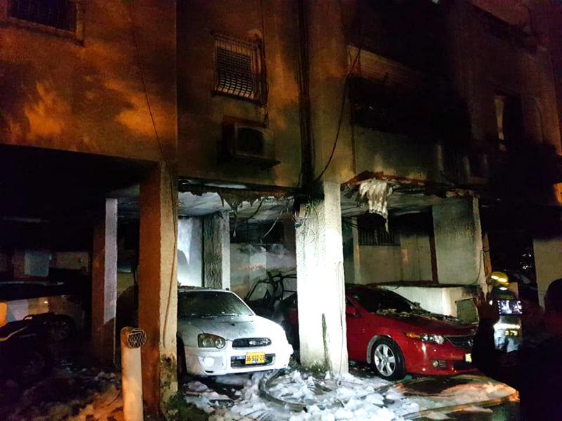 שריפה בבנייו מגורים בראשון לציון ( צילום: מכבי אש)