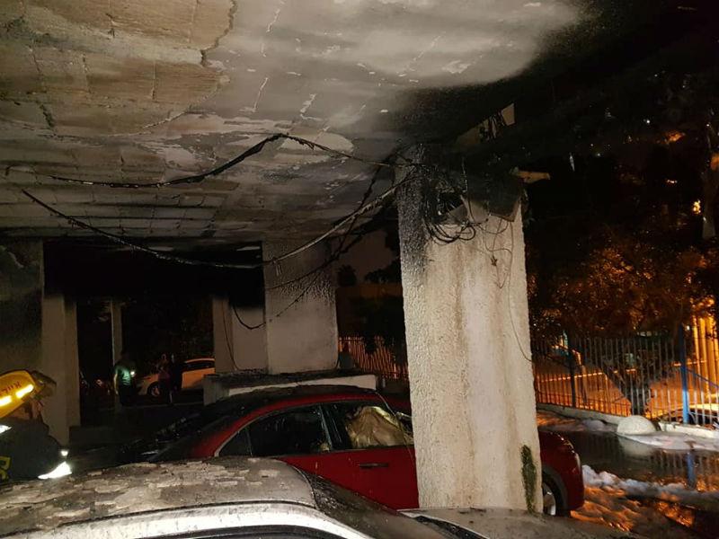 שישה כלי רכב נשרפו וכוחות נוספים הוזעקו. השריפה בבניין המגורים בראשון לציון