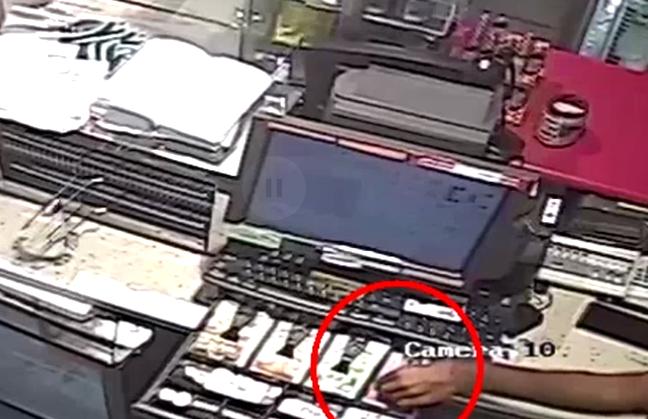 החשוד שודד את קופת חנות הנוחות