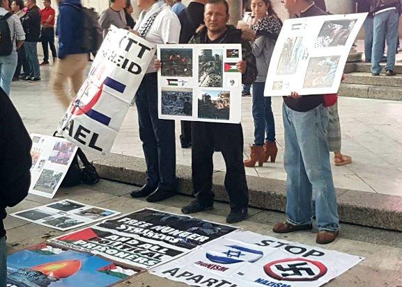 המפגינים מחוץ לאולם הקונצרטים - כרזות המשוות בין ישראל לנאצים