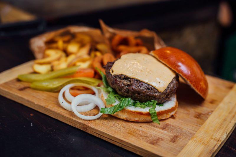 הצ'יזבורגר הכשר הראשון בישראל בקינג דיוויד בורגר