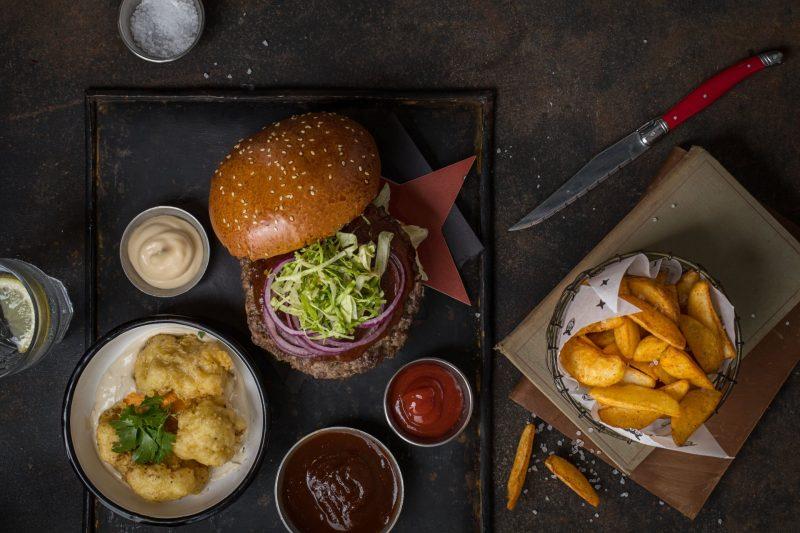 ארטבורגר עם כרובית פריכה וודגס. צילום: חיים יוסף