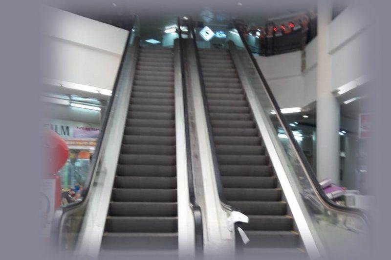 המדרגות המובילות לסניף קופת החולים במגדלי העיר