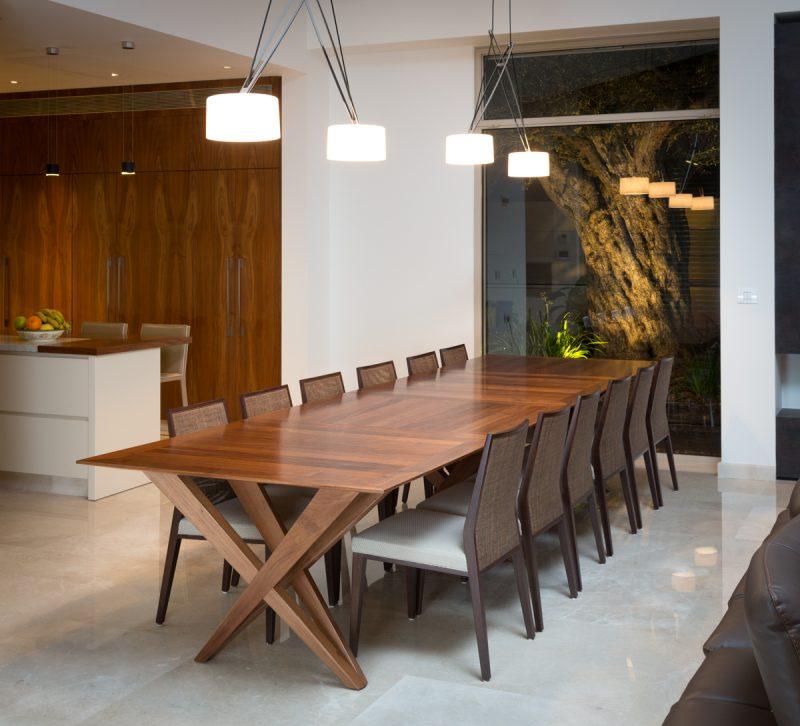 שולחן אוכל בשח רהיטים. צילום: מיכאל כץ