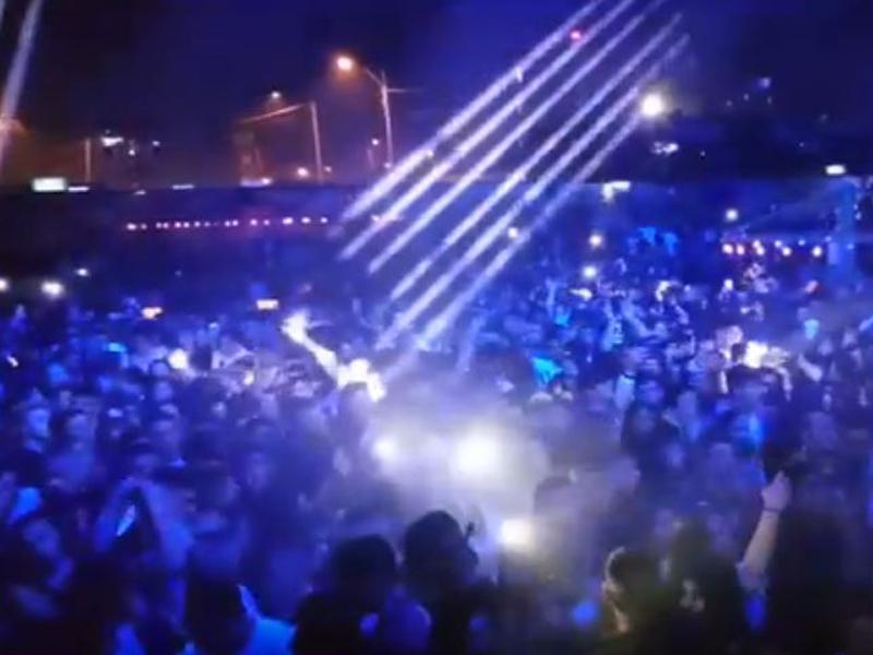 צפו: רז קינסטליך, סקאזי ו-2,500 בני נוער במסיבת פורים ב-DESERT