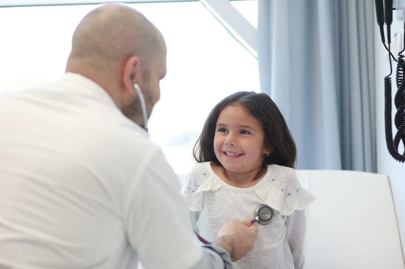 ילדה ואורתופד במרפאת ראשונים. צלם: אילן בשור