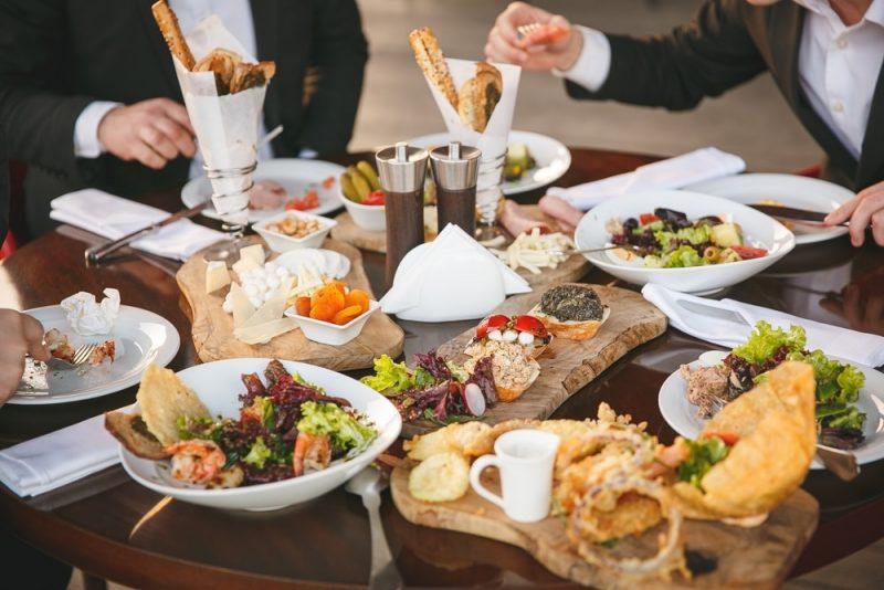 ארוחות צהריים בראשון לציון. תמונה ממאגר shutterstock, צילום: Elnur Rzayev