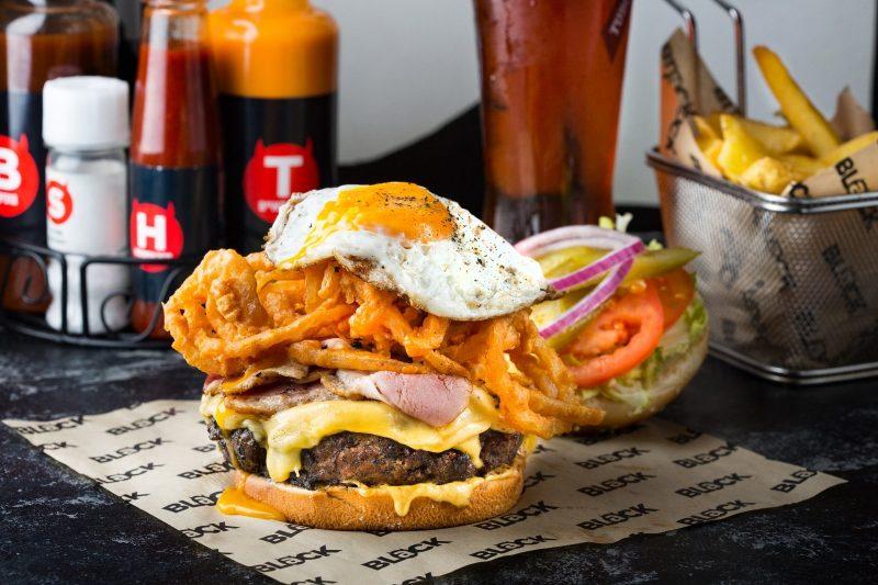 המבורגר עם תוספות מפנקות. צילום: דרור עינב