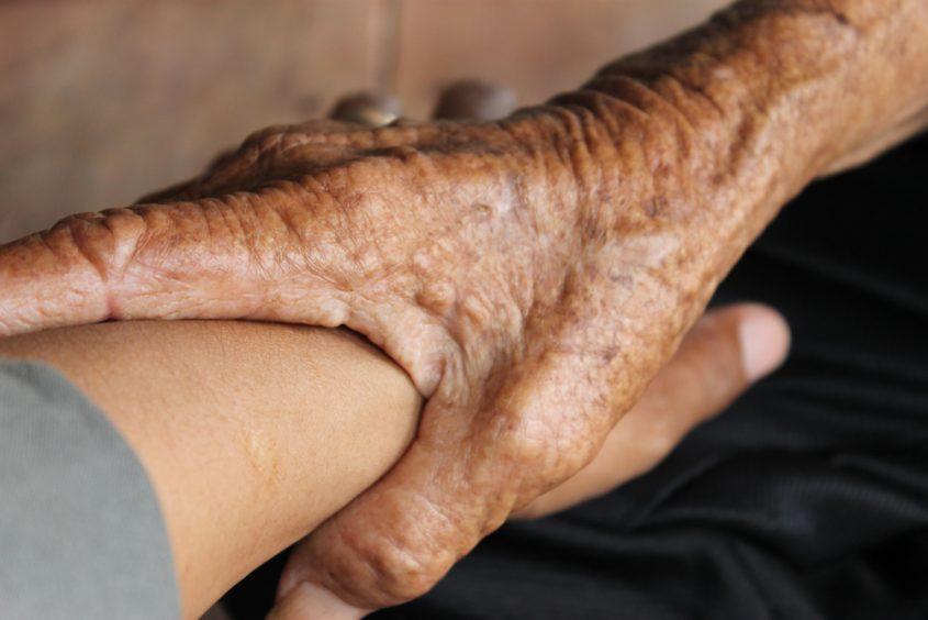 זקנים עזרה