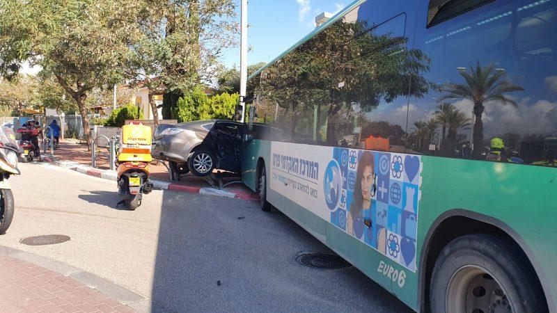 תאונת דרכים בין רכב לאוטובוס