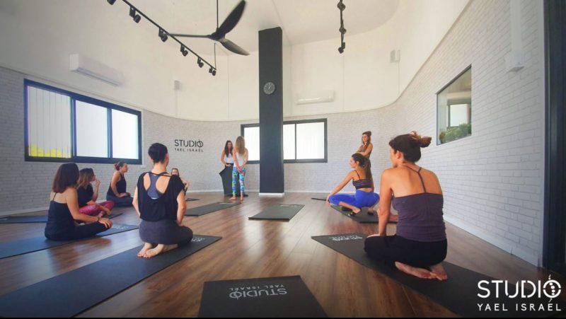 מגוון שיעורי יוגה ברמות שונות, כולם מועברים על ידי מדריכות מוסמכות ומקצועיות בתחום. צילום רועי ישראל