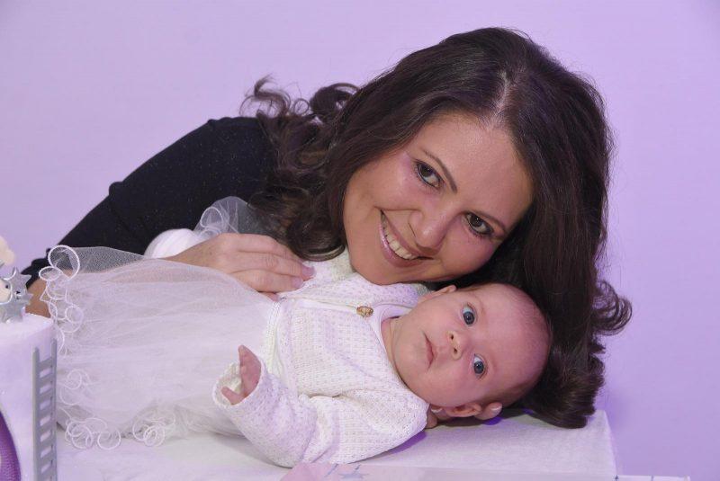 אנג'לה נולמן עם בתה התינוקת
