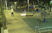 נערים מדליקים נפצים בגן ציבורי. מצלמות מבט ראשון