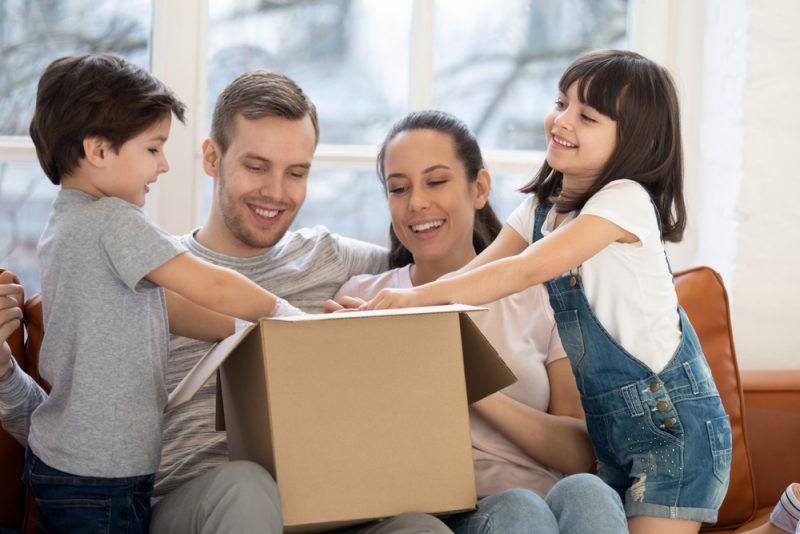 משלוחים בבאר יעקב בתחום הפנאי: 4 עסקים שיפיגו לכם את השיעמום בבידוד. צילום: Fizkes, Shutterstock