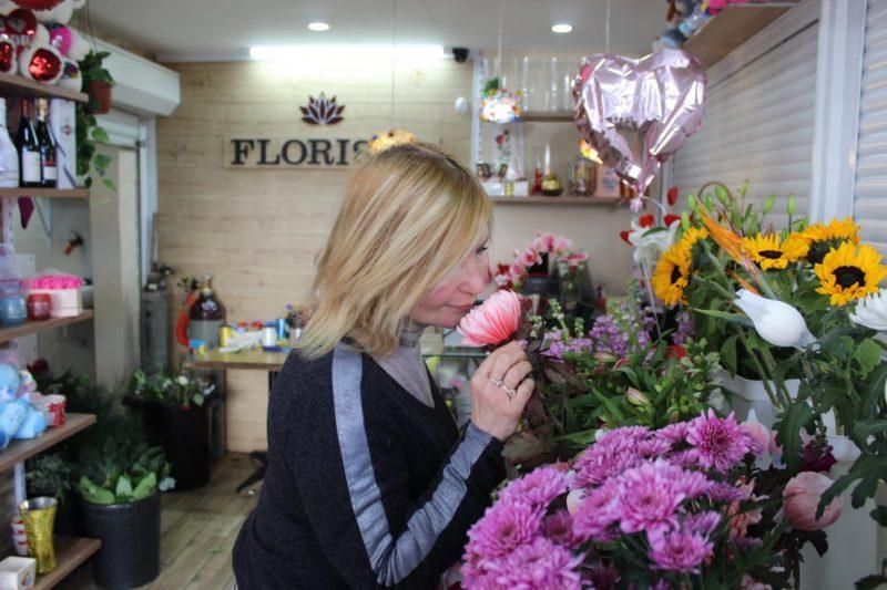 פלוריסטה בחנות. צילום: מייק כהן