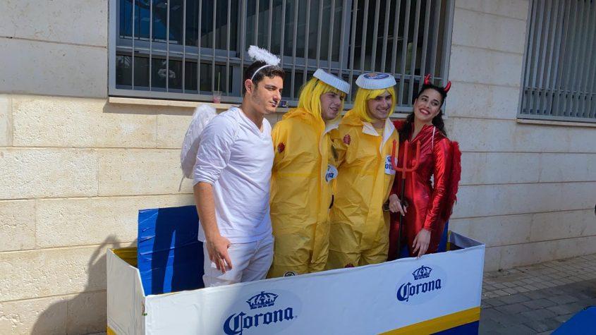 תלמידים ממקיף י' שהתחפשו באוירת הקורונה