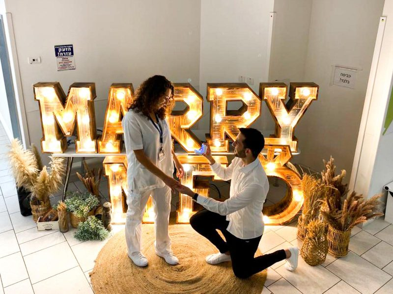 """הצעת הנישואים בבית החולים: """"זה היה רגע מרגש בתקופה קשה"""" I צפו:"""